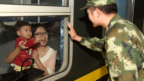 武警上海总队三千官兵值守国庆安保 为游客筑牢安全屏障