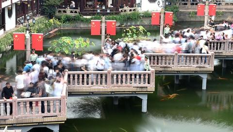 【爱上海爱申活】国庆长假首日豫园遇客流高峰 武警执勤维护现场秩序保平安