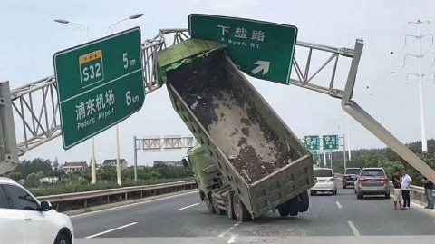 """上海连续发生多起车辆撞击""""龙门架""""事故  肇事者被追究刑责"""