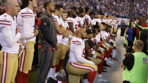 美球员奏国歌跪地示威 副总统彭斯退场