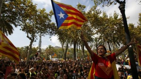 """西班牙中央政府欲使""""撒手锏""""   停止加泰罗尼亚自治权"""