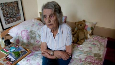 """法国有90万老人""""与世隔绝""""深度孤独"""