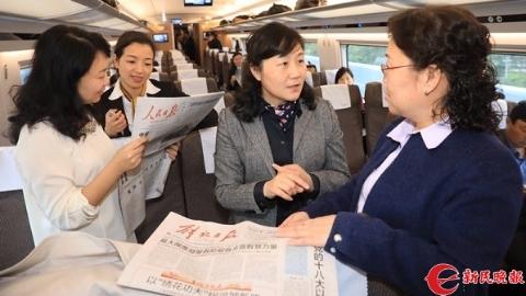上海出席党的十九大代表出发 行李箱里盛满期待装满责任