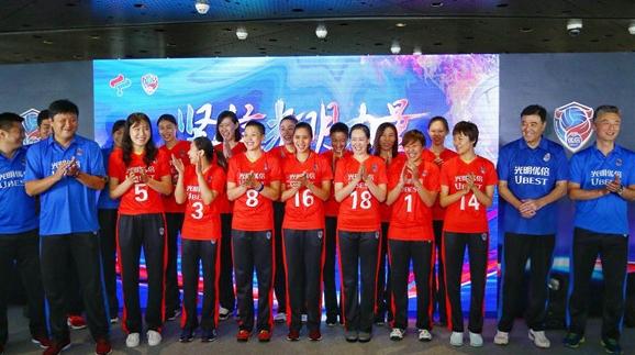 上海女排出征新赛季 高实力内外援吸睛无数