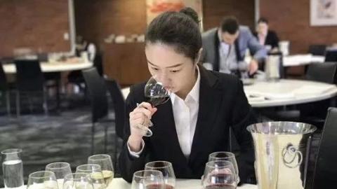 """上海学子世界技能大赛优胜   民航学院:""""准空姐""""不爱喝酒却有品酒绝活"""