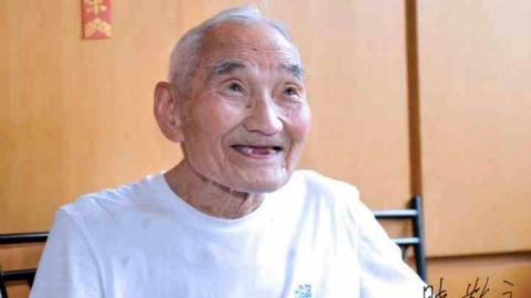 虹口市民完成家人遗愿 百岁老人生前捐赠收藏的中共八大等党章