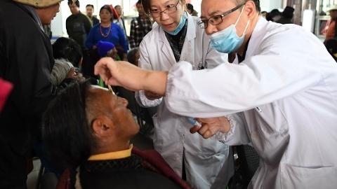 """沪""""光明行""""医疗队在青海:筛查患者700多人,助45人成功复明"""