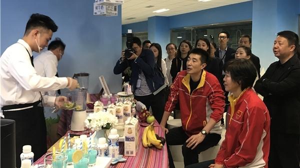 """""""甜点大师""""郎平来了 自制奶昔助阵首届中国排超联赛"""