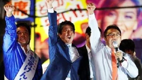 """兴奋接待特朗普的安倍,被日媒批热衷玩""""政治赌博"""",加剧日本危机"""