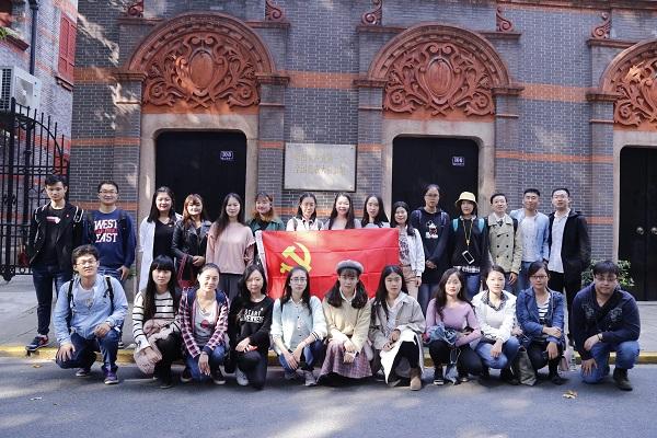 图说:10月27日学生研究会倡议者集体瞻仰中共一大会址 来源:上海海事大学.jpg