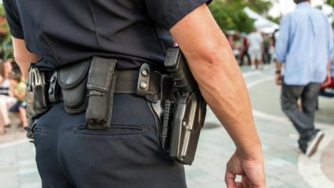 """美国旧金山送别首位华裔警员 被誉""""正能量代表"""""""