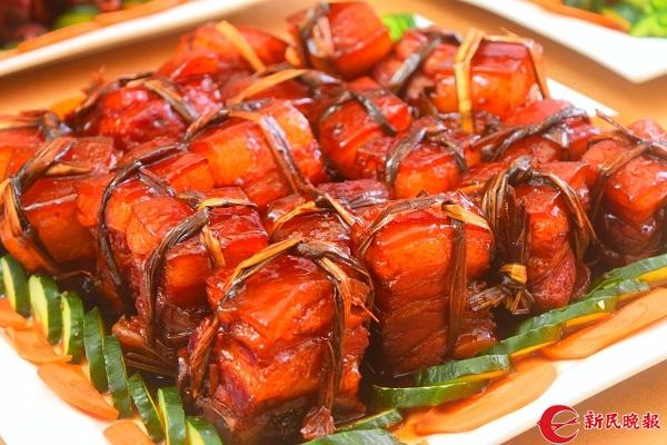图说:复旦大学带来的东坡肉色香味俱全 摄影:新民晚报见习记者 郜阳.JPG