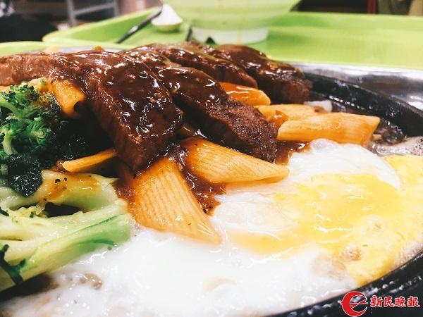 """图说:上海交大的黑椒牛排饭是学校的""""网红""""菜 来源:新民晚报大学版记者 张晓清.jpg"""