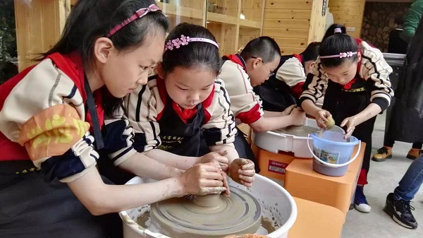 """学生们在""""家庭创客坊——陶艺坊""""制作工艺品。.JPG"""