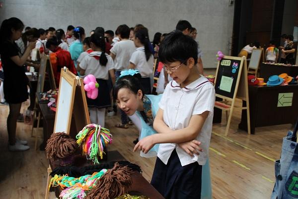 学校艺术节上,学生们参观自己的作品。(1).JPG