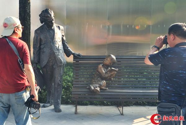 爱因斯坦与孩子的雕塑小品吸引游客-杨建正.jpg