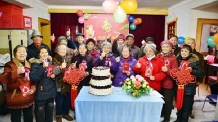 社区新发现 | 沪东新村社区自治一大特色:为老年朋友过生日