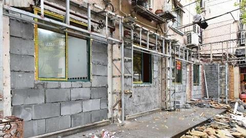 城管局长接热线 | 52家沿街民居破墙开店全扫清