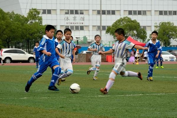 足球小将在大雨中奋力拼搏。(1).jpg