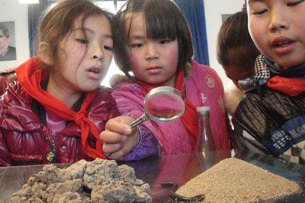 同学们在自然探索课上,以小组为单位进行蚯蚓养殖、观察。.jpg