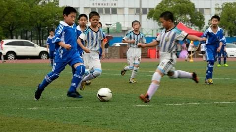 """家门口的好学校丨崇明区建设小学:足球是数学老师教的 学生最爱校园里的""""百草园"""""""