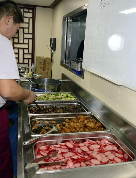 图说:海洋们每天中,晚餐都有四菜一汤,还有据说老船员猪肝:上海味道鹅肝和来源的干妈图片