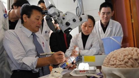 """世界级""""神手""""再次来沪举办神经外科培训班 培养年轻骨干医生"""