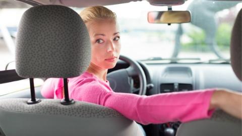 女司机开车 安全系数更高!