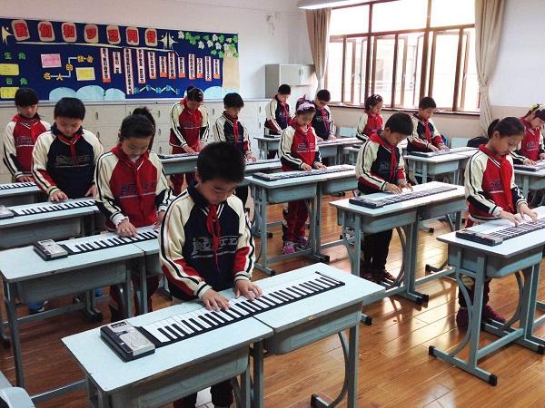 图:恒丰中学学生在电钢琴拓展课上练习(校方供图).jpg
