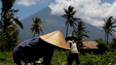 印尼巴厘岛火山喷发 中国领馆提醒游客注意安全