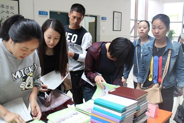 家长观看学生作业展.JPG