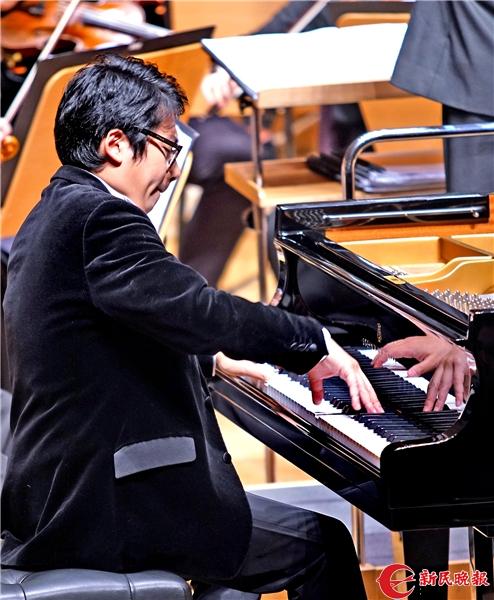 孙颖迪在演奏钢琴协奏曲《黄河》-郭新洋.jpg