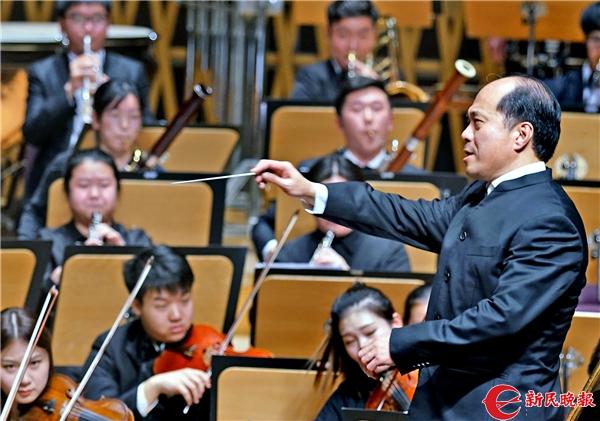 张国勇在指挥上海音乐学院交响乐团演奏《节日序曲》-郭新洋.jpg
