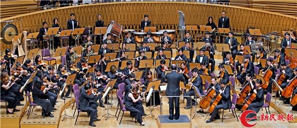 张国勇在指挥上海音乐学院交响乐团演奏《节日序曲》-郭新洋2.jpg
