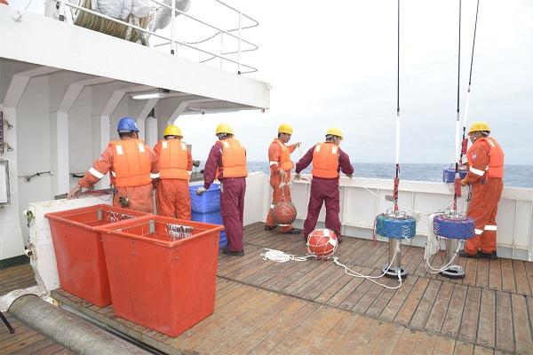 """图说:""""淞航""""号协同放钩准备 来源:上海海洋大学.jpg"""