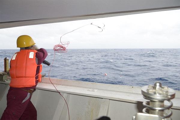 图说:延绳钓起钩开始,回收电浮标 来源:上海海洋大学.jpg