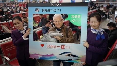 上海今年第一亿名坐火车出发旅客是位老外大爷 上海铁路年吞吐量首破2亿