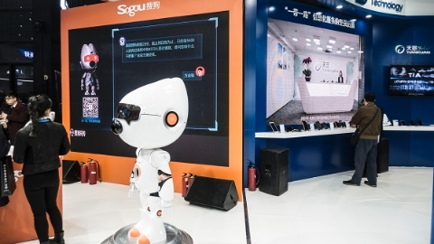 """人工智能机器人成""""萌宠""""今年互联网大会""""人""""有点多"""