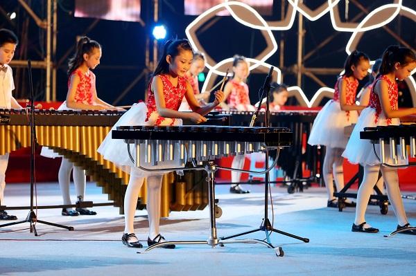 """9古猗小学的马林巴社团培育了一批音乐小达人。图为古猗小学学生在""""南翔镇纳凉晚会""""上作精彩表演。(学校供图).jpg"""
