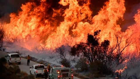 """加州山火:总过火面积扩大至20万英亩 救火过圣诞将成""""新常态"""""""