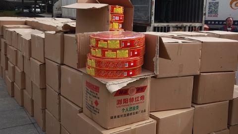 上海警方查获325箱烟花爆竹 犯罪嫌疑人被依法刑拘