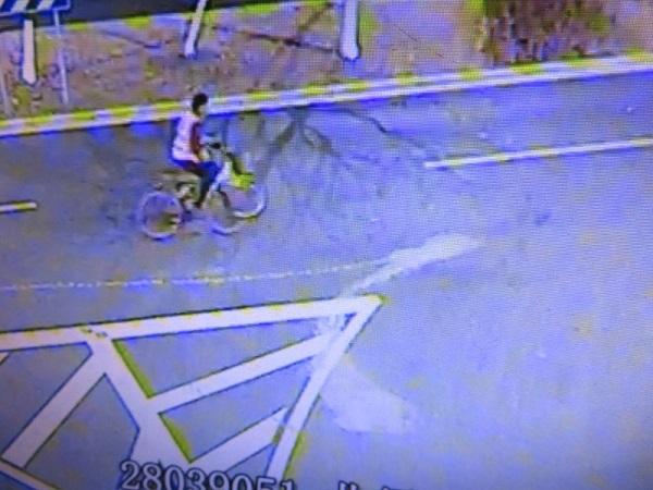 监控画面摄录下了盗窃自行车的男子.jpg