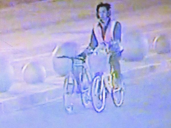 男子盗取两辆自行车疾驰而去(警方供图).jpg