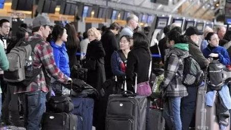 温哥华机场迎客流高峰,出行提前做好准备