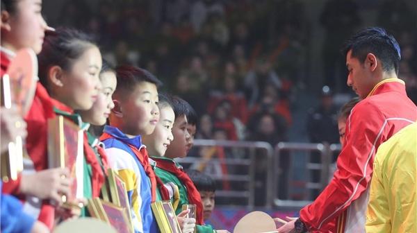 张继科刘诗雯走进广西百色,为贫困地区学生送乒乓大礼