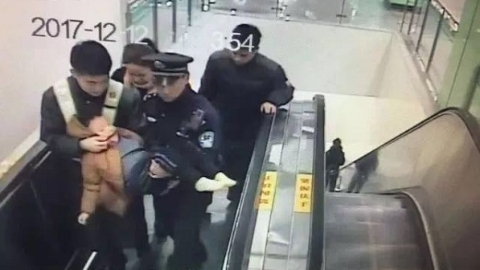 暖心!上海地铁站内展开生命接力 惊厥患儿转危为安
