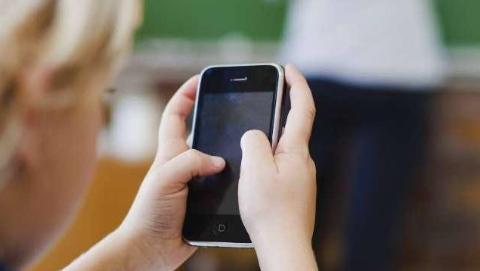 法国拟立法禁止初中生和小学生带手机上学