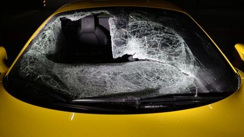男子砸豪车盗物品被拘 车损高达70余万元