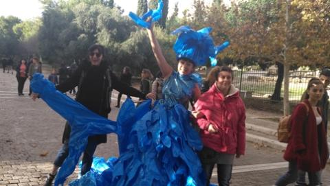 """宣传环保理念,中国行为艺术家穿""""小蓝人""""亮相雅典"""