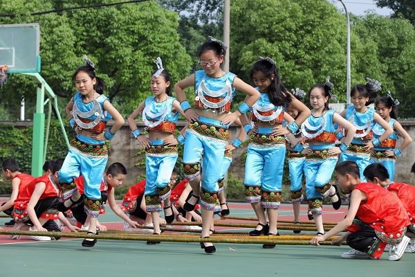 """【图】在马陆育才联合中学,每位学生都会表演的""""竹竿舞""""(校方供图).JPG"""
